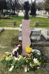 Emlékhelyének avatása, Szentendrei Köztemető, 2003 (állíttatta  VLSKE, a kő alapot Holdas György faragta)